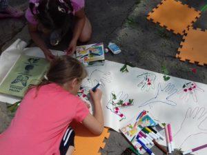 Landartovy den vytvarna v skolskej zahrade