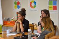 Účastníci na školení Teach for Slovakia sústredene počúvajú